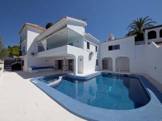 Villa for sale in El Paraíso, Estepona