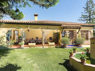Andalusian-style villa with a large plot of land for sale