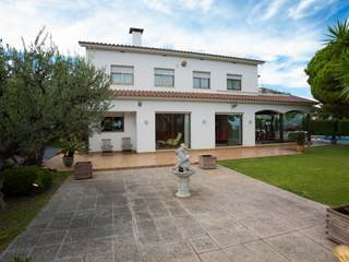 Villa to update for sale in Can Teixido, Alella