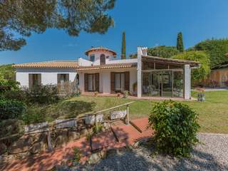 Mediterranean villa to buy and renovate in Montgoda