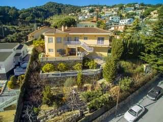 Casa de 6 dormitorios con vistas al mar en venta en Alella