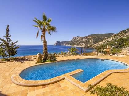 Propiedad en primera línea en venta en Es Cubells, Ibiza