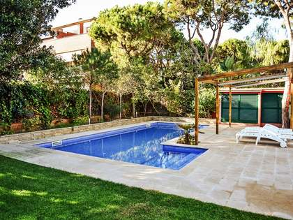 4-bedroom villa with garden and pool to rent in Gava Mar