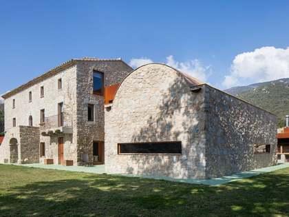 赫罗纳最绝妙的奢华乡村物业之一,这套精美的豪华别墅位于法国边境的Alt Empordà区并包括148公顷的私人土地