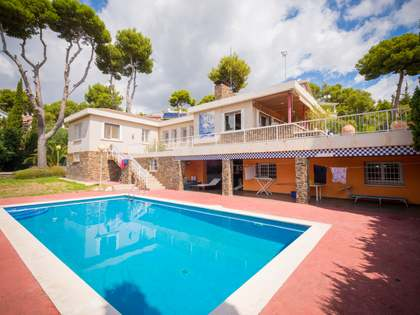 552 m² house with 678 m² garden for sale in Castelldefels