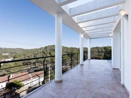 Modern, detached house with a garden for sale in Olivella