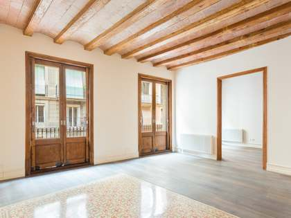 Renovated 3-bedroom apartment for sale on Calle Rec Comtal