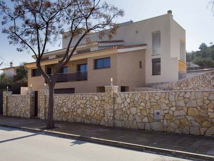 Modern villa with a garden and apartment to buy in Mas Alba