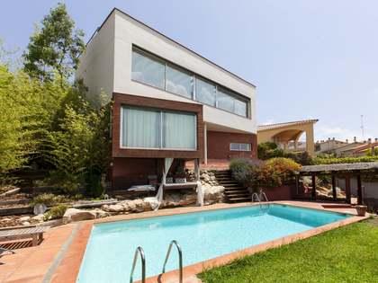 Gran casa familiar con jardín y piscina en venta en Sitges