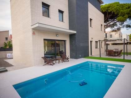 Дом / Вилла 270m², 275m² Сад на продажу в Кастельдефельс