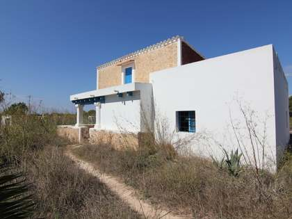 House on a large plot for full renovation in Formentera