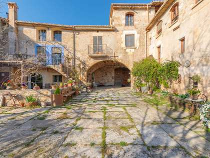 688m² Country house with 290m² garden for sale in Pla de l'Estany