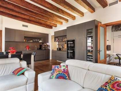 Ático de 93 m² con 41 m² de terraza, en venta en el Gòtic