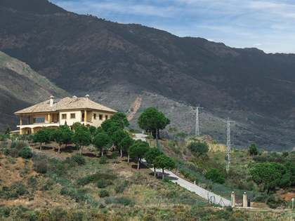 5-slaapkamer villa te koop gelegen op een perceel van 61,000m² in Estepona, Andalucia