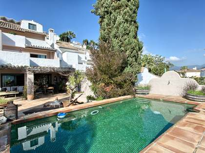 4-bedroom townhouse with a pool for sale in Nueva Andalucia
