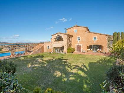 Renovated masia for sale with a 13,000 m² garden near Begur