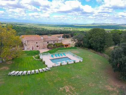 1,152m² Country house with 4,600m² garden for sale in El Gironés
