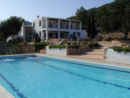 400 year old 8-bedroom country house with pool