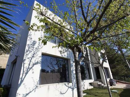 Casa moderna con piscina y jardín y en perfecto estado