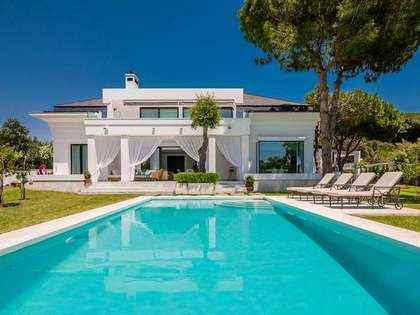 300m² House / Villa with 60m² terrace for sale in East Marbella
