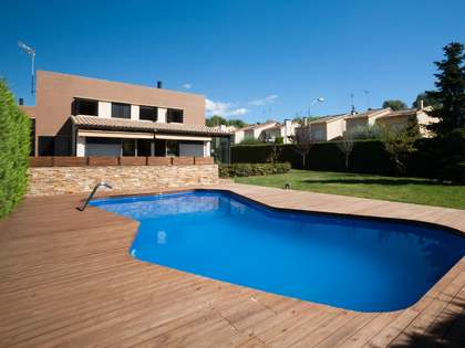 4-bedroom modern house with pool for sale in Vallromanes