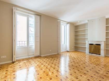120m² Apartment for sale in Cortes / Huertas, Madrid