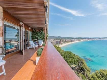 Apartament amb tres dormitoris situat a primera linia de mar, a la venda a prop de Platja d'Aro.