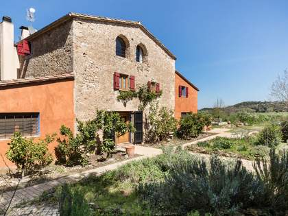 Beautifully renovated country house for sale in Girona