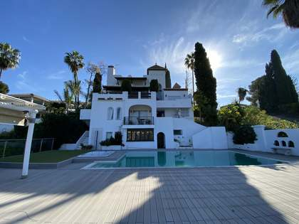 300m² house / villa with 1,137m² garden for sale in Nueva Andalucía