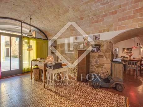 Casa adossada restaurada amb piscina en venda al Gironés