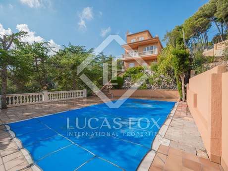 Large family house with a pool for sale in Tamariu