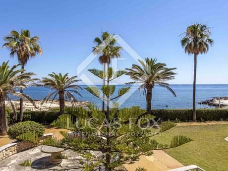 Villa en venta en Las Rotas, en primera línea de mar en Denia