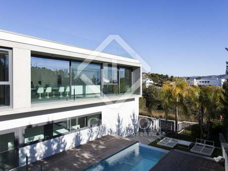 Contemporary 5-bedroom luxury villa for sale in Can Girona