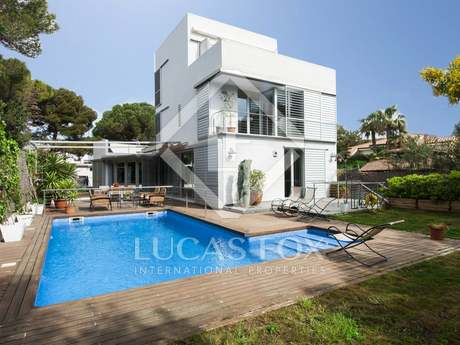 Modern villa with pool for sale in Terramar, Sitges