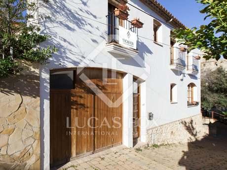 Casa adosada en venta en un pueblo cerca de Sitges