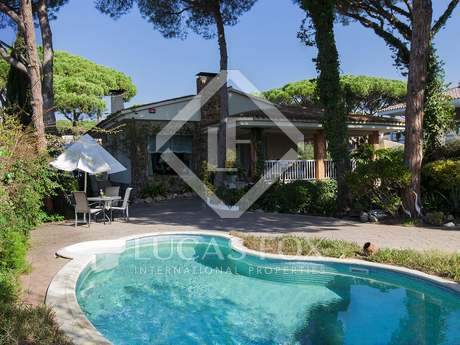 Detached villa near the beach to buy in Castelldefels