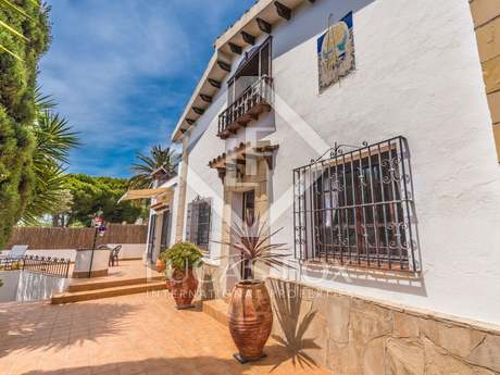 4-bedroom house with a pool for sale in Vallpineda