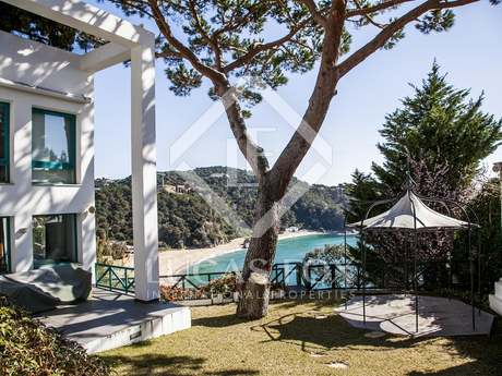 Modern firstline Costa Brava villa to buy in Lloret de Mar