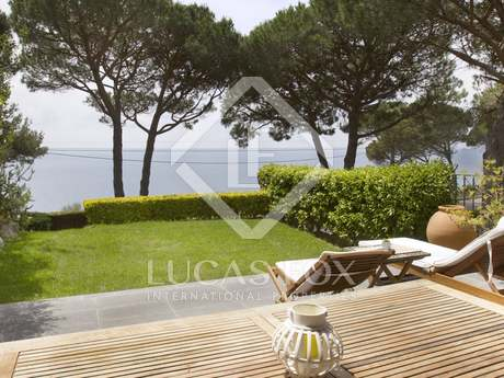 Property with sea views in community on Costa Brava to buy