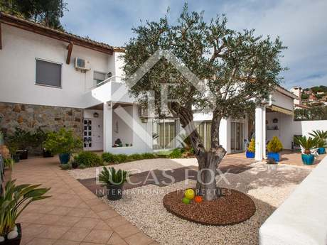 5-bedroom house with a communal pool for sale in Alella