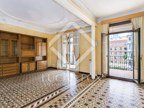 Third floor apartment to renovate on Calle Ausias March