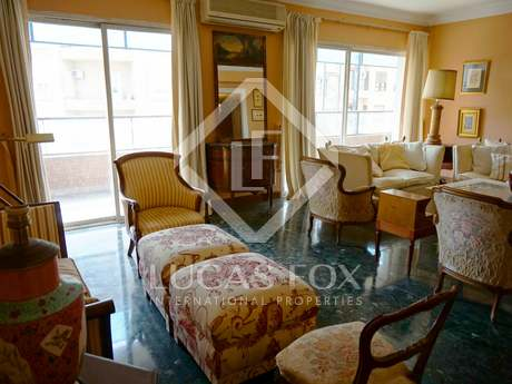 Sunny 210 m² apartment to buy and renovate on Plaza España