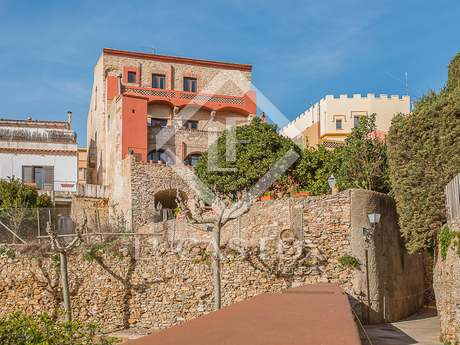 Historic house with a garden and pool in the centre of Begur