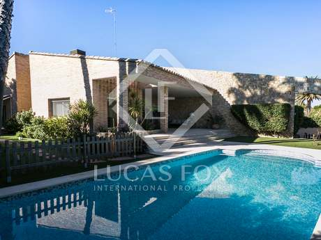 Detached villa with pool for sale in Campolivar