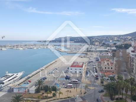 Centrally located apartment for sale in front of Denia port
