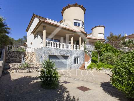 4-bedroom house with a garden and pool for sale in Olivella