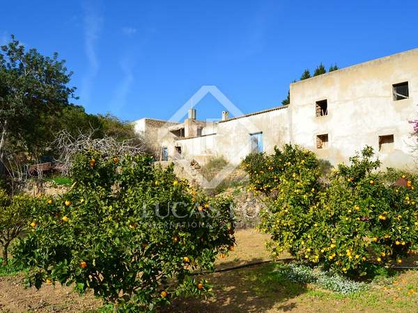 Property to renovate with a large plot of land in Ibiza