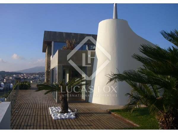 Hill-top villa for sale in Estoril