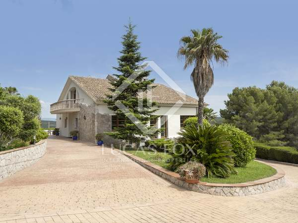 Country house with a pool and garden for sale near Sitges