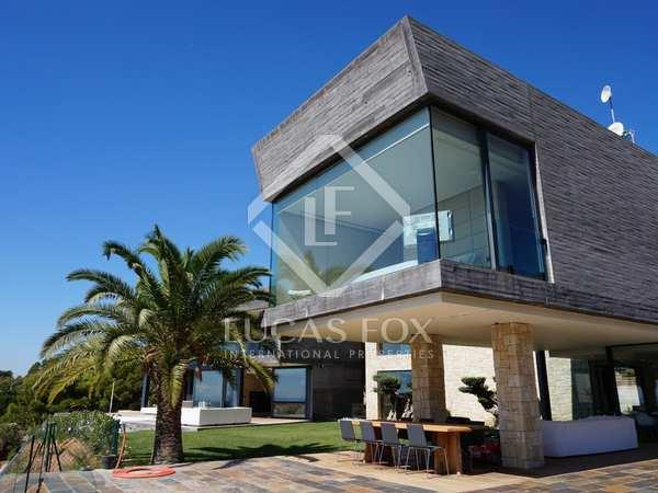 4-bedroom villa for sale facing the sea in Los Monasterios